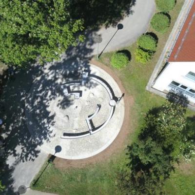 Une fontaine en forme d'empreinte, futur logo du labyrinthe de Montendre